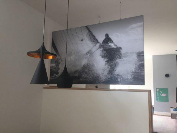 Akoestisch vrijhangend paneel woonkamer geluidsverbetering