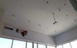 Geluidsabsorberend wandpaneel boven ramen