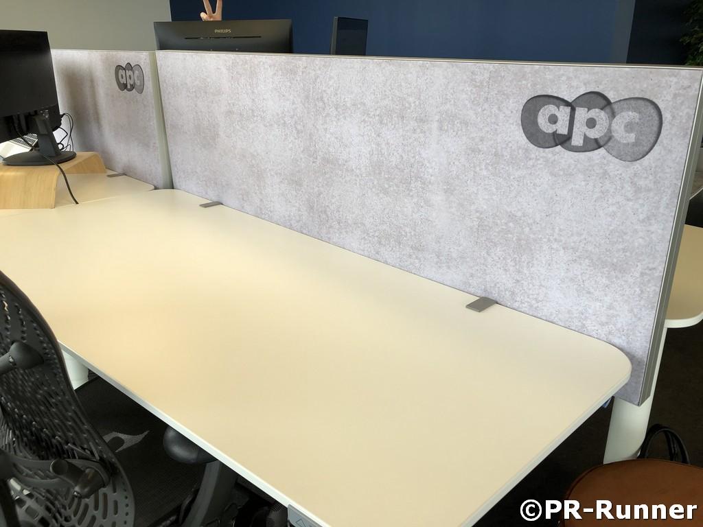 Schallgedämmte Büroinsel mit Schreibtischtrenner APC - PR-Runner