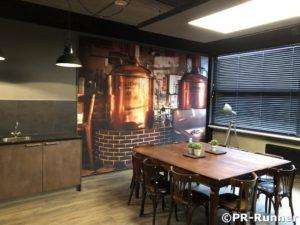 Kantine Refter bedrijf geluiddempend wandpaneel en LED plafond in betonuitstraling PR-Runner