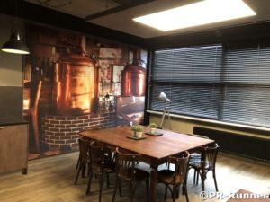 Sfeer impressie kantine geluiddempend wandpaneel Leemrijse en LED plafond betonlook PR-Runner